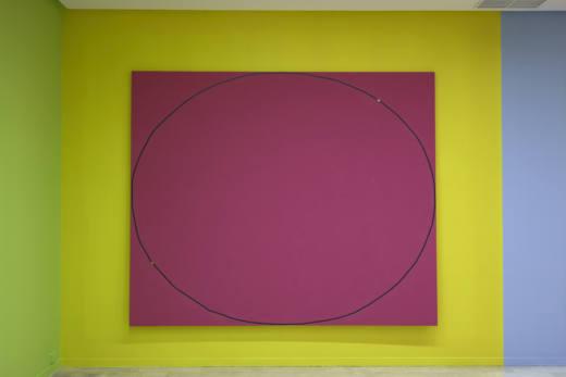 [Reflexión #3 < elipse | elipsis > campo rosa] Kenneth Goldsmith + Texto KG, 2018. Cinta de vídeo con grabación sonora adherida con barniz y acrílico sobre tela (bastidor de madera) + tarjeta memoria con grabación audio KG). 250 x 300 cm.