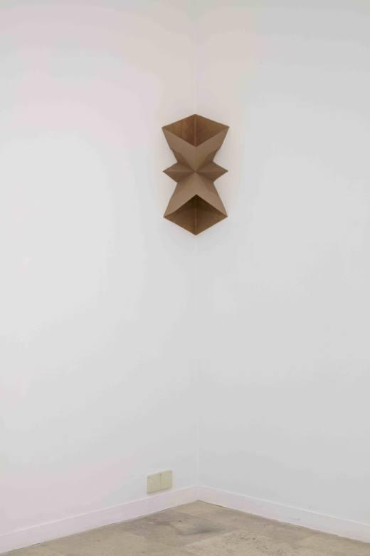 Primitive form, 2017, sobres, medidas variables. Cortesía Ana Prada y Galería Helga de Alvear.