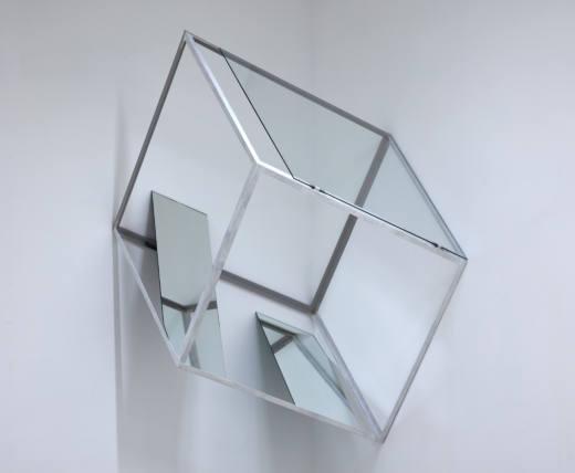 Sin título, 2017. Hierro, espejos y cristal. 178 x 137 x 145 cm
