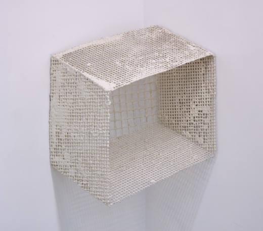 Sin título, 2017. Tela metálica, escayola e hilo. 82 x 48 x 90 cm