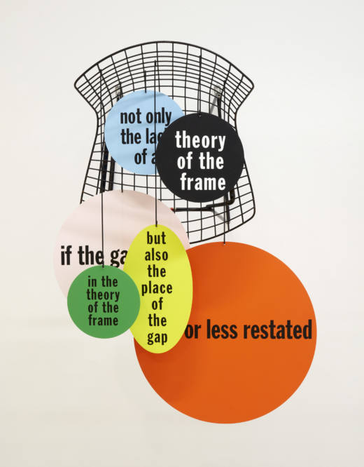 A.Hang.Frame.Grid (Bertoia)…more or less restrated, 2019. Bertoia wire chair (black), acrylic paint, text on different aluminium elements (different shapes), wire. 73,3 x 54 x 57 cm. Cortesía del artista y Galería Helga de Alvear, Madrid.