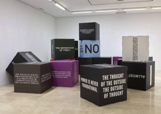 A hundred thousand billion societies, 2018. 16 cubes, colour printed cardboard. 90 x 90 x 90 cm c/u. Cortesía del artista y Galería Helga de Alvear, Madrid.