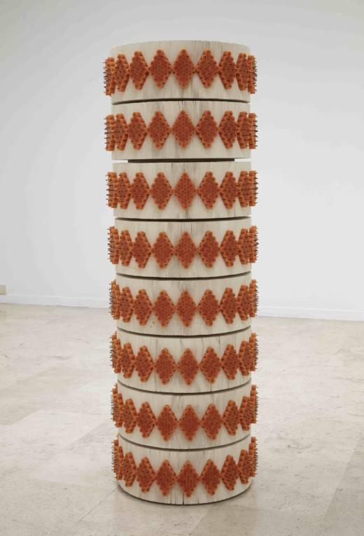 Vínculo de dos, 2017, velas y libros, 1,66 x 57 cm. Cortesía Ana Prada y Galería Helga de Alvear.