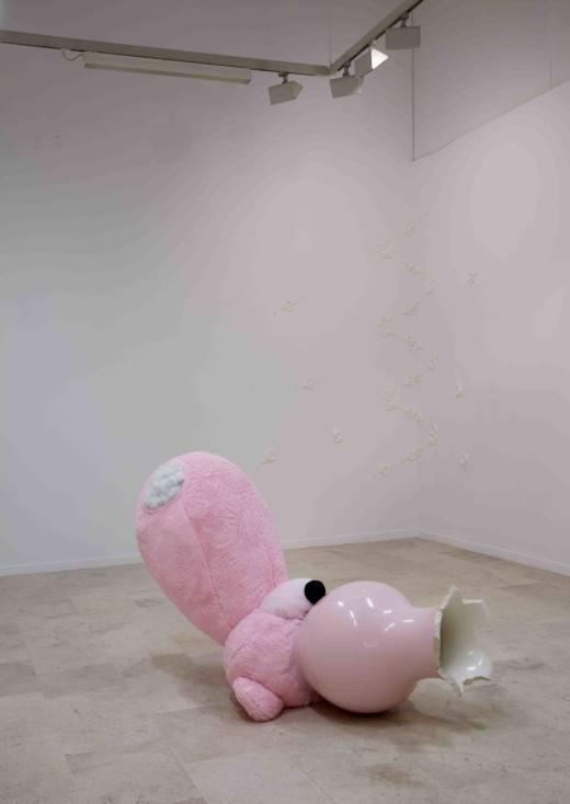Preferencia inexplicable, 2017, oso de peluche + jarrón, 165 x 1,20 cm. Cortesía Ana Prada y Galería Helga de Alvear.