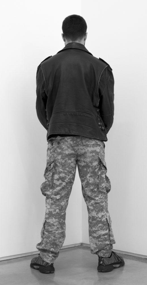 Veterano de las guerras de Afganistán, Irak y Vietnam cara a la pared. Team Gallery, Nueva York, EEUU. Abril de 2013. Fotografía B/N. 212 x 113 cm