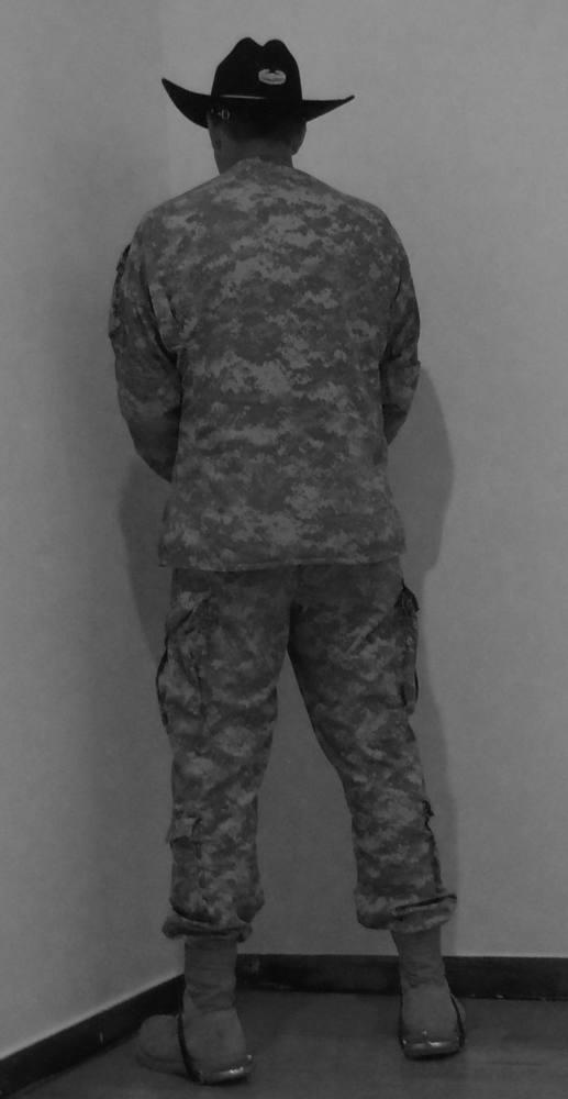Veteran of the wars of Irak and Afghanistan facing the corner. Museum of Contemporary Art, Massachusetts, EEUU. Junio de 2011. Fotografía  B/N. 212 x 113 cm