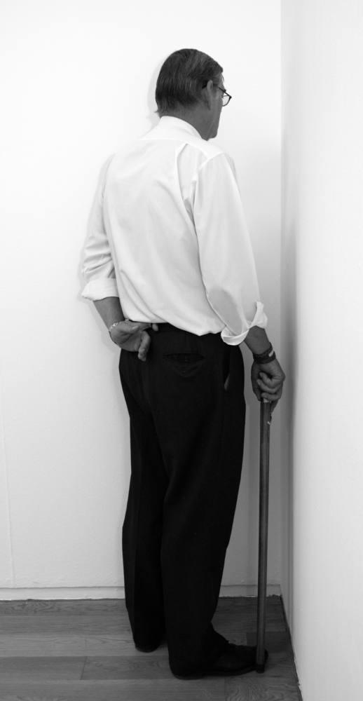 Veterano de las guerras de Afganistán, Irak e Irlanda del Norte cara a la pared. 11 Rooms exhibition. Manchester Art Gallery, Manchester, Reino Unido. Julio de 2011. Fotografía B/N. 212 x 113 cm