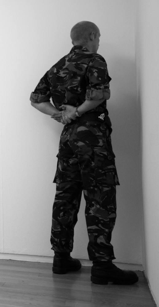 Veteran of the wars of Irak, Afghanistan and North Ireland facing the corner. 11 Rooms exhibition. Manchester Art Gallery, Manchester, Reino Unido. Junio de 2011. Fotografía B/N. 212 x 113 cm