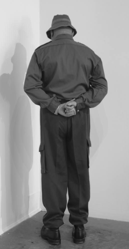 Veteran of the war of Vietnam facing the corner. Greenaway Art Gallery, Adelaida, Australia. Julio de 2011. Fotografía B/N. 212 x 113 cm