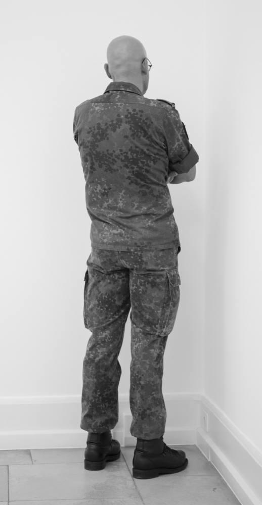 Veteran of the war of Cambodia, Rwanda, Bosnia and Kosovo facing the corner. Kunstverein Nuremberg, Albrecht Dürer Gesellschaft, Neues Museum, Staatliches Nuremberg, Alemania. Abril a junio de 2012. Fotografía B/N. 212 x 113 cm