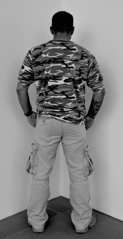 Veterano de las guerras de Camboya, Ruanda, Bosnia, Kosovo, Irak y Afganistán cara a la pared. Kunstverein Nuremberg, Albrecht Dürer Gesellschaft, Neues Museum, Staatliches Nuremberg, Alemania. Abril a junio de 2012. Fotografía B/N. 212 x 113 cm