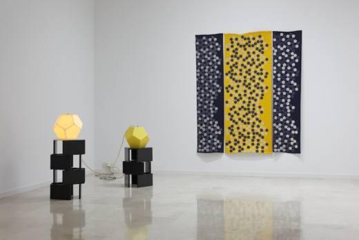 Vista de la exposición. Angela Bulloch, Pentagon Principle, 2014. Cortesía del artista y Galería Helga de Alvear, Madrid. © Joaquín Cortés.